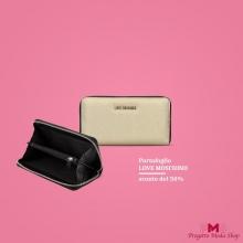 ⚡ SCONTO DELl 50% ⚡ La moda esprime il tuo modo di essere. Scegli il portafoglio LOVEMOSCHINO per una lunga storia d'amore 💘 // Link in bio  #borseguess #saldiborse #shoppingonline #progettomoda #lovemoschino